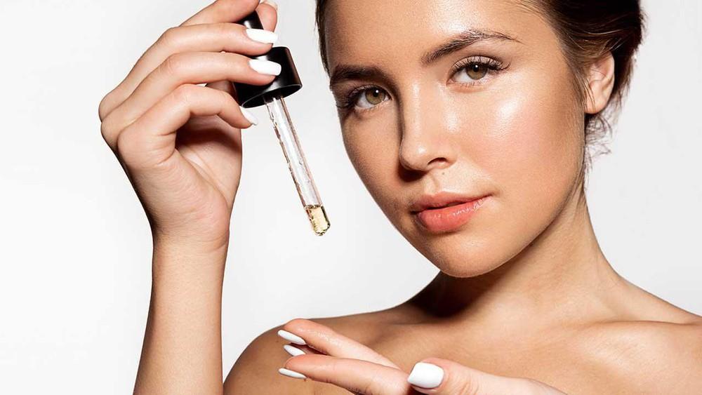 Serum vitamin C trị thâm, tàn nhang nhờ vào khả năng chống oxy hóa và ức chế sự hình thành của melanin