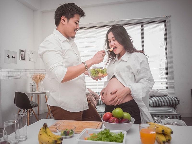 Mẹ có thể bổ sung sắt trong khẩu phần ăn hoặc thực phẩm chức năng.