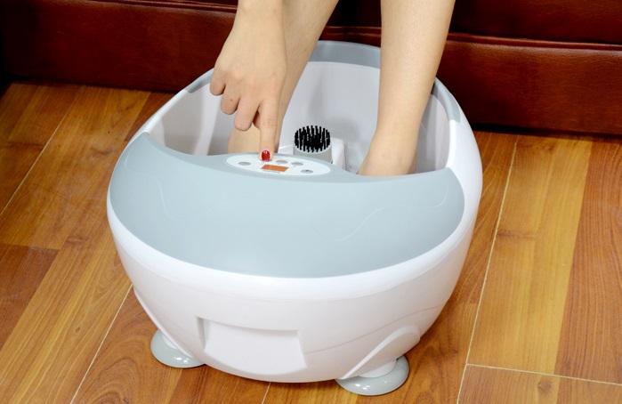 Ngâm chân cùng nước ấm pha tinh dầu thảo dược sẽ giúp thư thái và dễ chịu (Ảnh: muasamthongminh.vn)