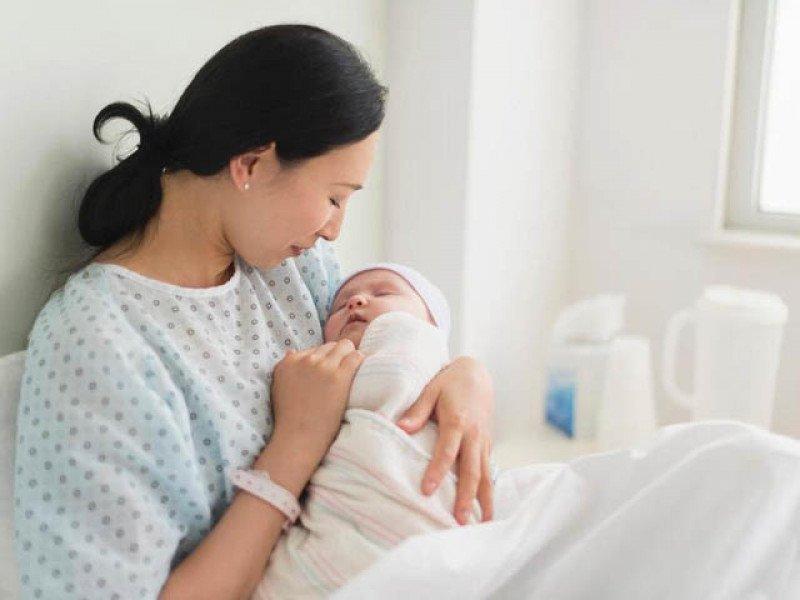 Bố mẹ cần chuẩn bị tư thế sẵn sàng cho việc sinh nở bất cứ lúc nào.