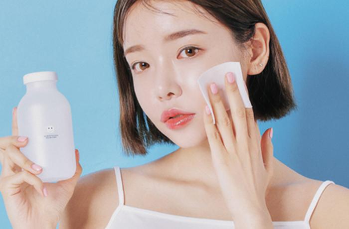 Bước tẩy trang không thế thiếu trong việc chăm sóc da mụn vì nó giúp loại bỏ lớp trang điểm trên da