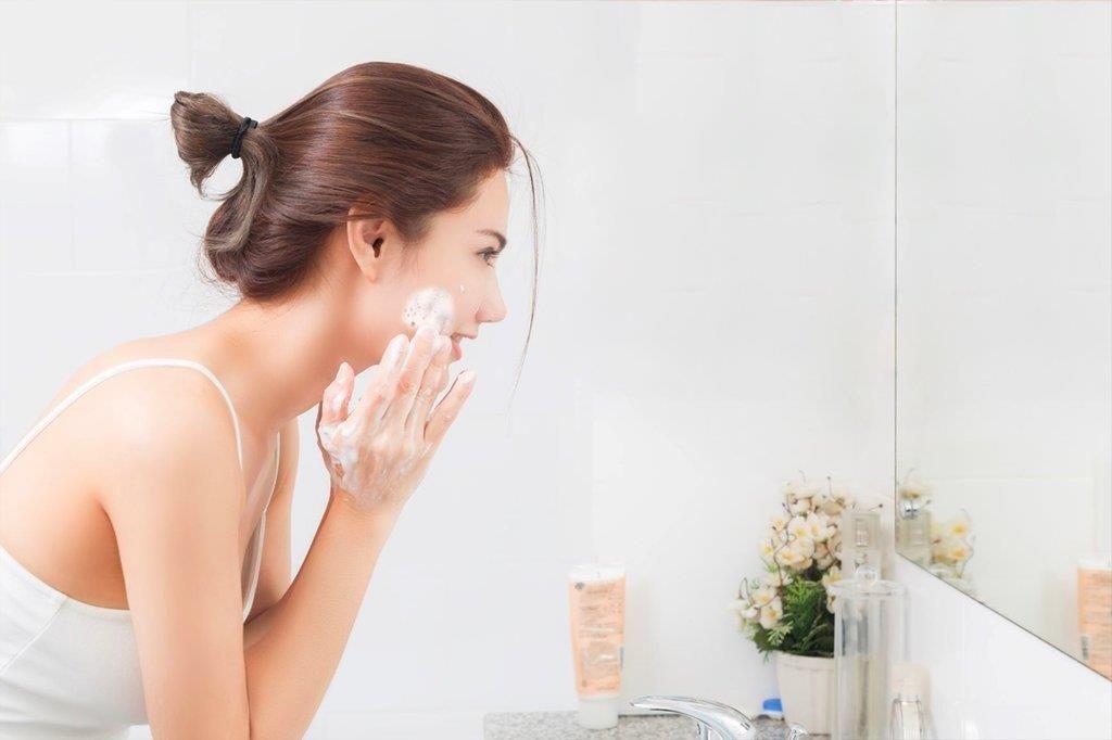 Rửa mặt đúng cách sẽ giúp loại bỏ lớp bụi bẩn, bã nhờn và ngăn ngừa mụn hiệu quả