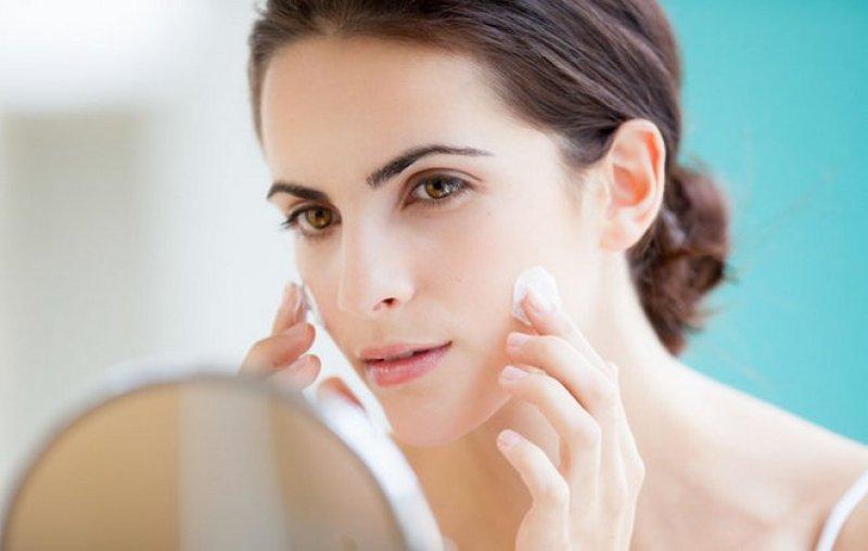 Thoa kem chống nắng thường xuyên sẽ giúp làn da tránh được sự tấn công của ánh nắng