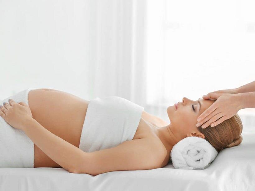 Massage là một trong những mẹo trị đau đầu cho bà bầu được nhiều áp dụng và ưa thích.