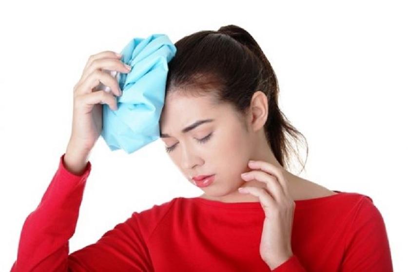 Dùng túi chườm ấm là một trong những cách giảm đau đầu cho bà bầu hiệu quả tại nhà.