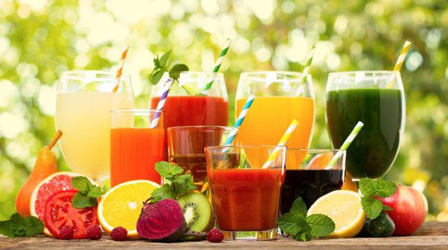 Bạn nên uống 2-3 lít nước mỗi ngày và có thể bổ sung nước ép hoa quả vào thực đơn của mình