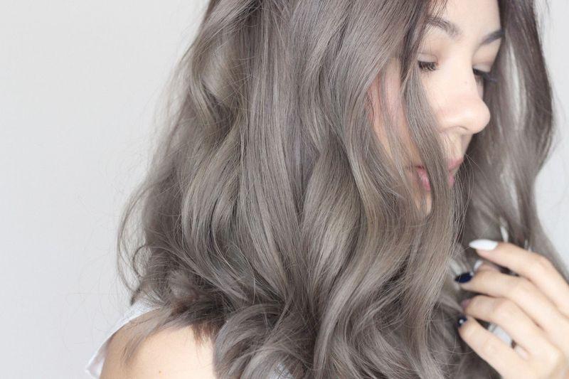 Mẹ bầu nên chọn những màu tóc không quá sáng để hạn chế ảnh hưởng của thuốc nhuộm.