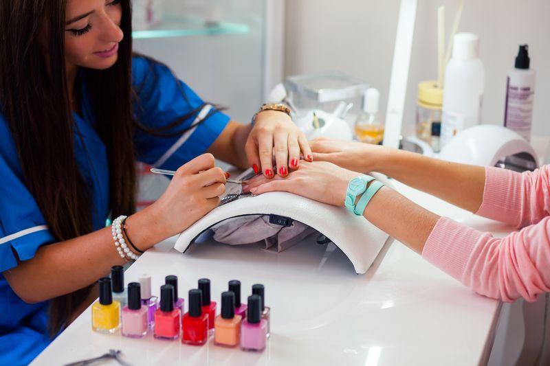 Bầu có được làm nail không? - Việc làm nail là nên hạn chế, tuy nhiên nếu có mẹ nên chọn địa chỉ đảm bảo chất lượng và có môi trường thông thoáng để làm nail.
