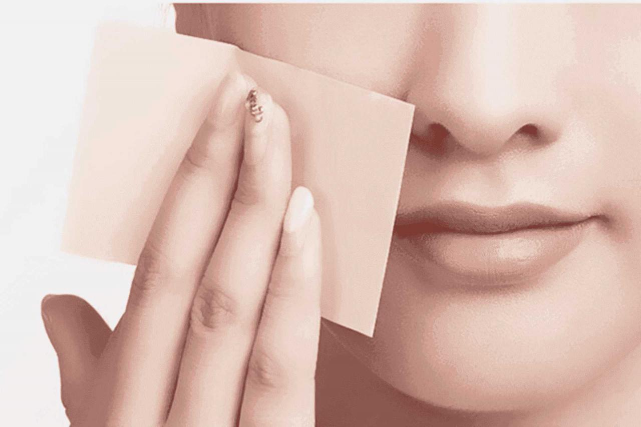 Dùng giấy thấm dầu như là một bước trong quy trình dưỡng da