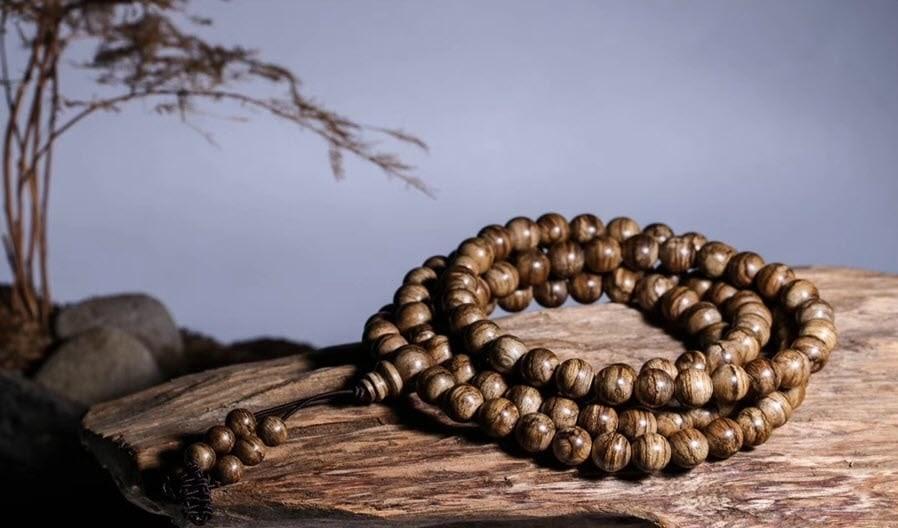 Ngửi hương thơm là một trong những kinh nghiệm mua vòng tay Trầm Hương để phân biệt thật giả.