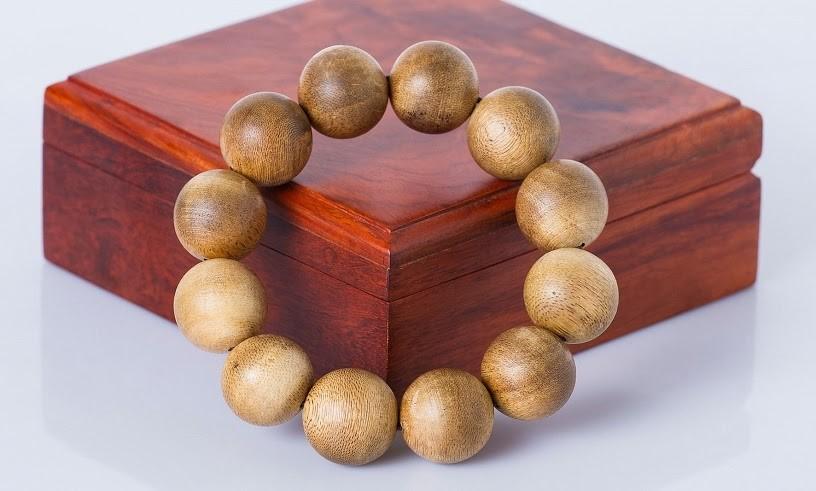 Vòng tay Trầm Hương nhân tạo thường không thơm đậm bằng Trầm Hương tự nhiên.