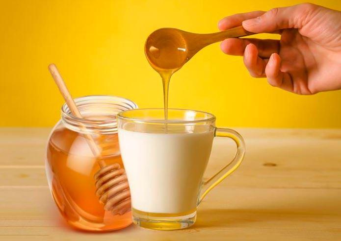 Mật ong chữa yếu sinh lý kết hợp với sữa nóng