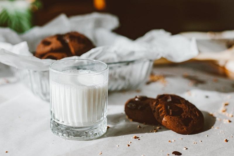 Sữa - Thực phẩm bổ sung Canxi cho bà bầu khuyên dùng.